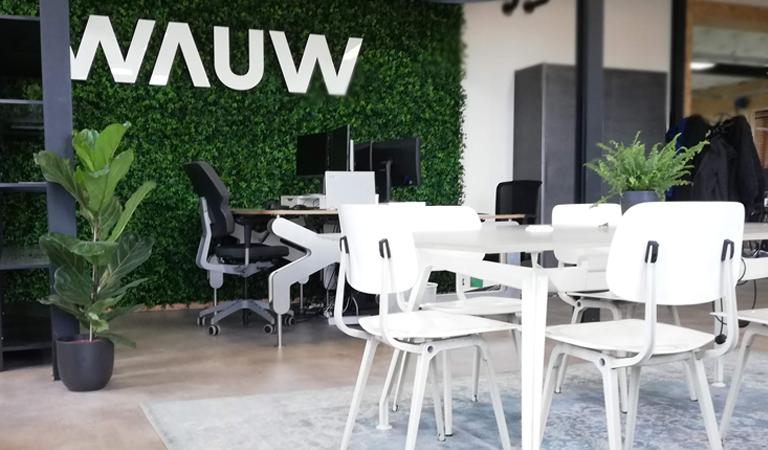 Kantoor WAUW met plantenwand